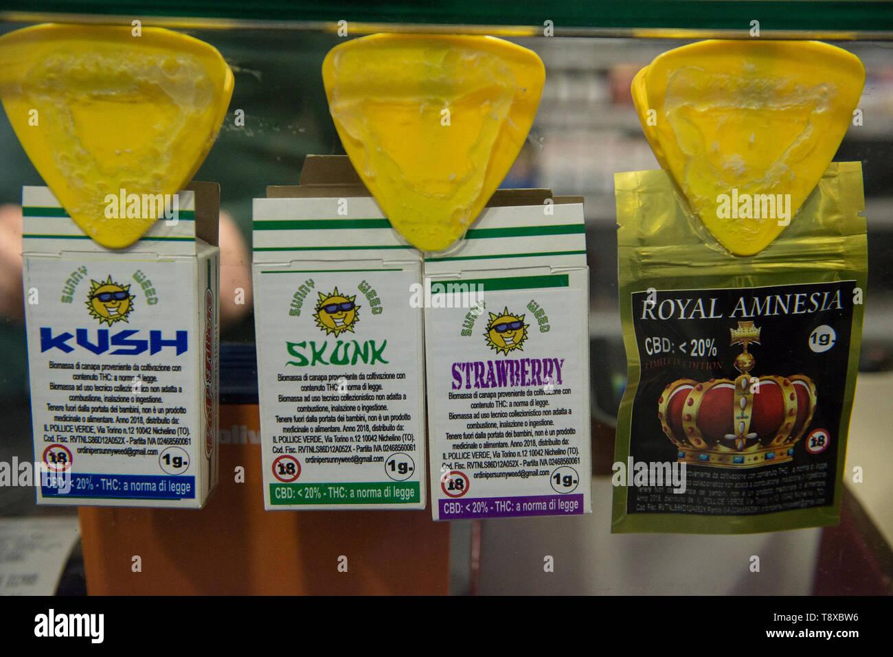 Mayo 13, 2019 - Turín, Piamonte, Italia - Turín, Italy-May 13, 2019: El cannabis legal para la venta en una tienda de tabaco. La marihuana es una sustancia psicoactiva que se obtiene de las inflorescencias secas de plantas de cáñamo hembra. El Delta-9-tetrahidrocannabinol, denominado THC está contenida en todas las variedades de cáñamo, una sustancia que hace que la planta ilegal en muchos países. Hay variedades que puede ser cultivada legalmente para que el límite para este contenido está fijado por la ley. En Italia, la venta legal de cannabis ha sido legalizada, pero en los últimos días Matteo Salvini el ministro italiano del Interior quiere hacer Foto de stock