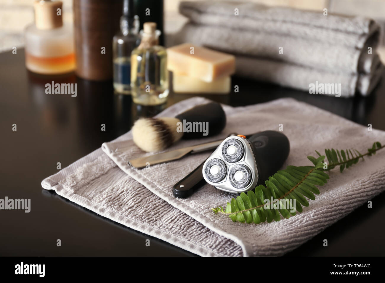 Accesorios de afeitado para hombres en el cuadro oscuro Foto de stock