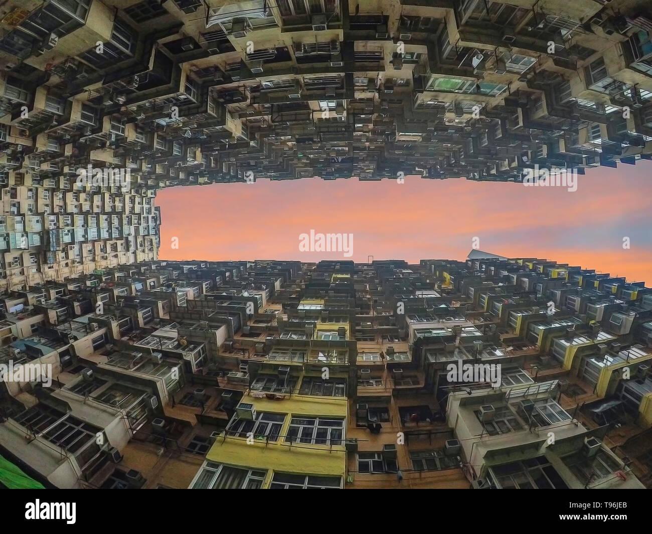 Esta jungla de cemento es uno de los muchos altos bloques de apartamentos en Hong Kong Foto de stock