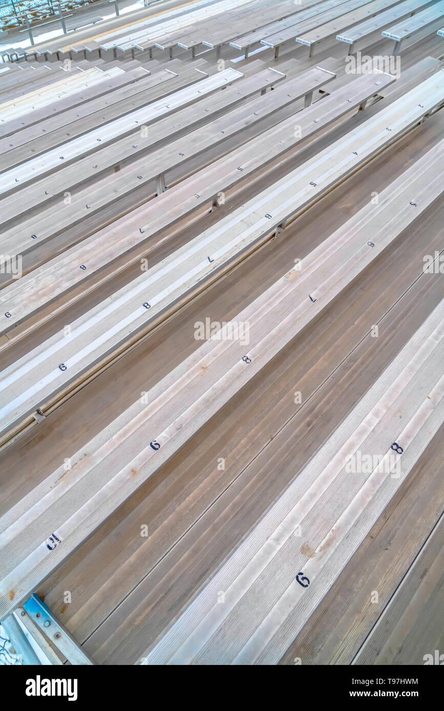 Gradas Sencillo en un campo de deportes con números de asientos en la superficie Imagen De Stock