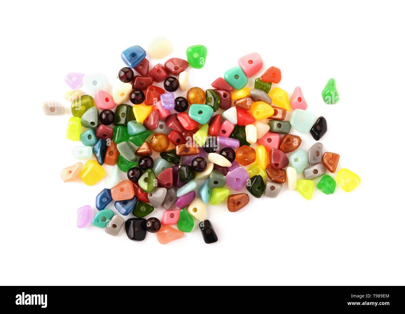 Cordones de colores. Microesferas de vidrio, semillas y aterciopeladas para bisuteria decisiones sobre fondo blanco. Hobby, Handmade, bellas artes. Foto de stock