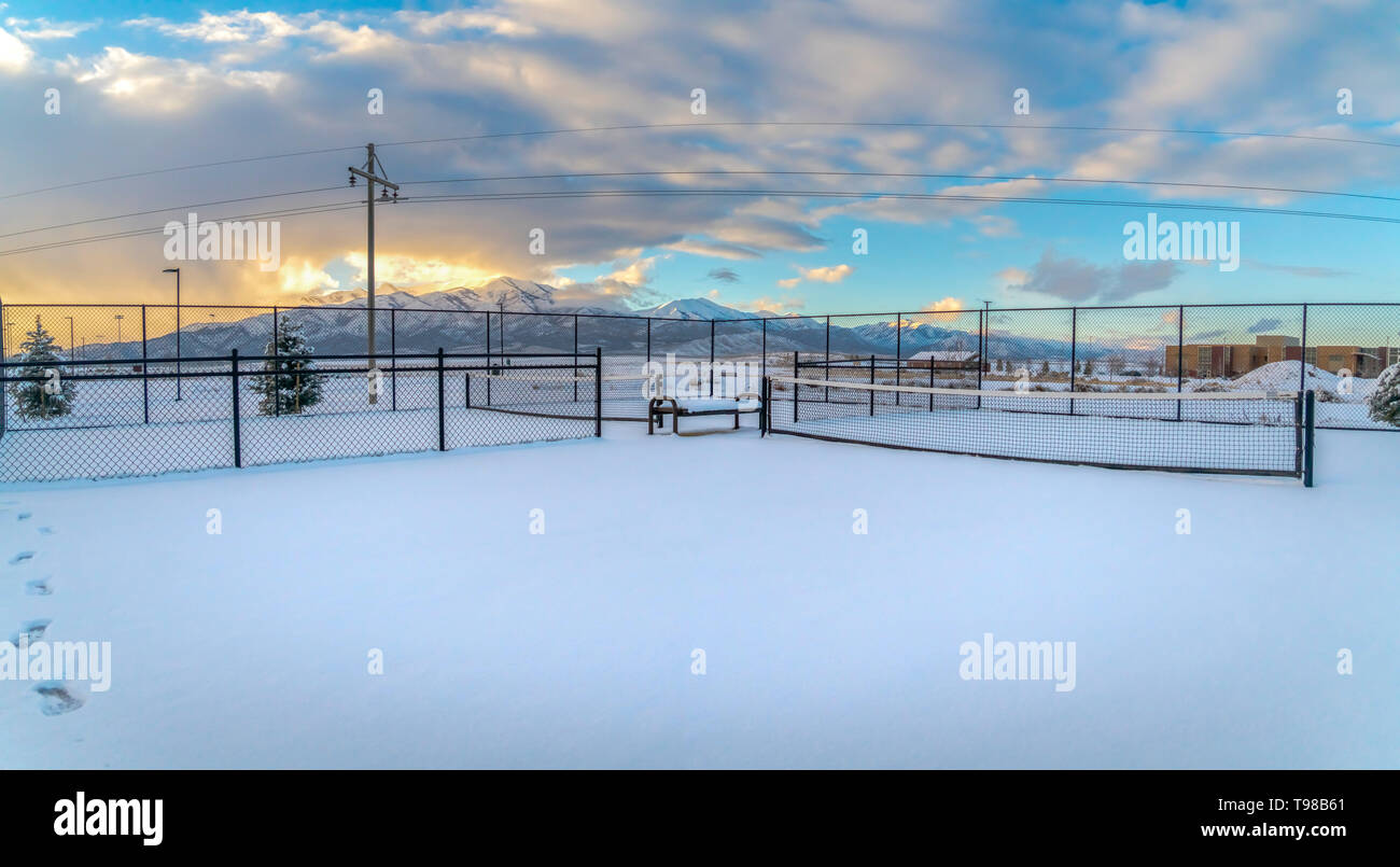 Canchas de tenis en un paisaje cubiertos de nieve durante la temporada de invierno Foto de stock