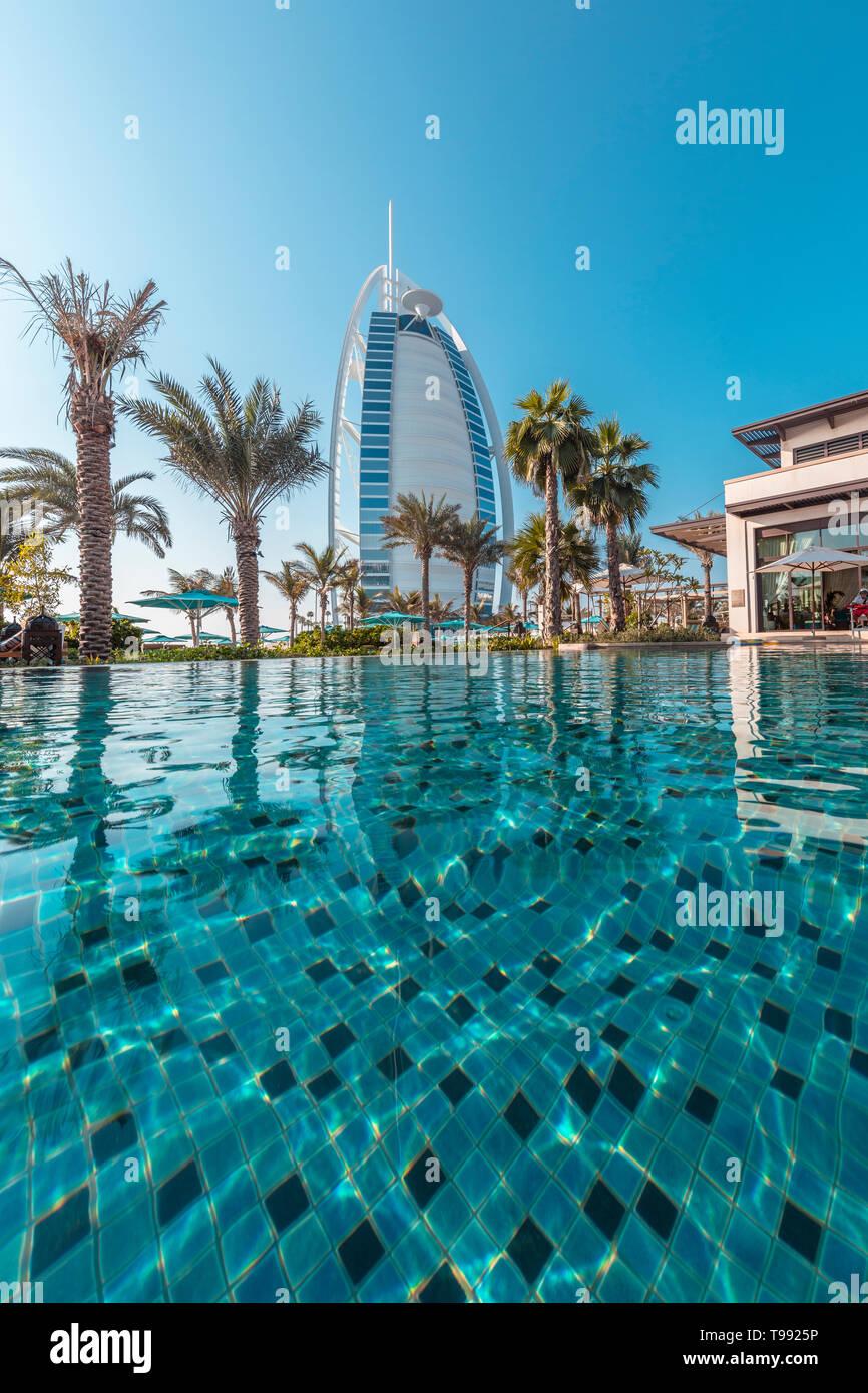 Perspectiva de la piscina del famoso Burj Alarab Hotel, Dubai Foto de stock