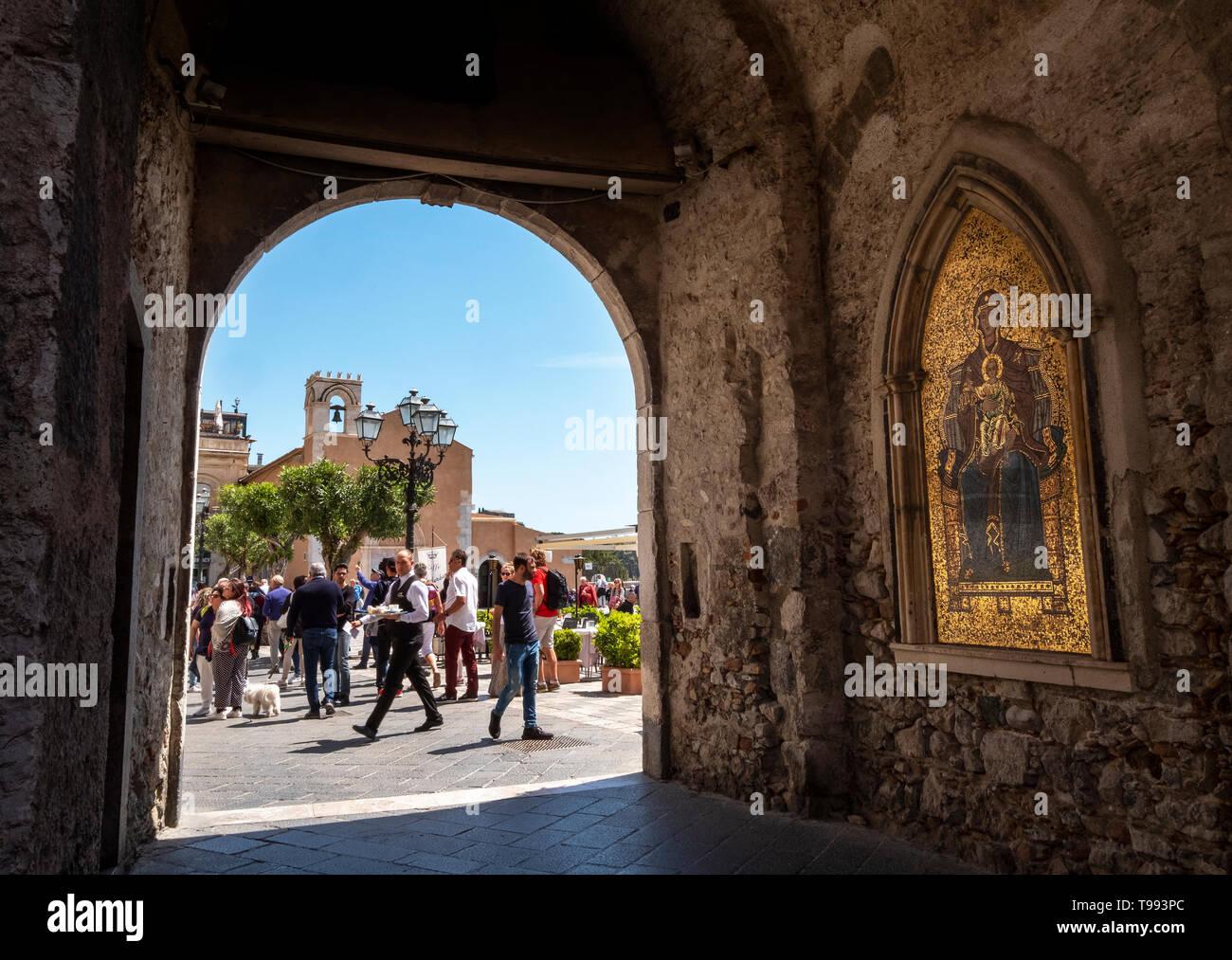 Mosaico religioso de Jesús y Maria en la pared de la Torre dell'Orologio, Taormina, Sicilia. Imagen De Stock