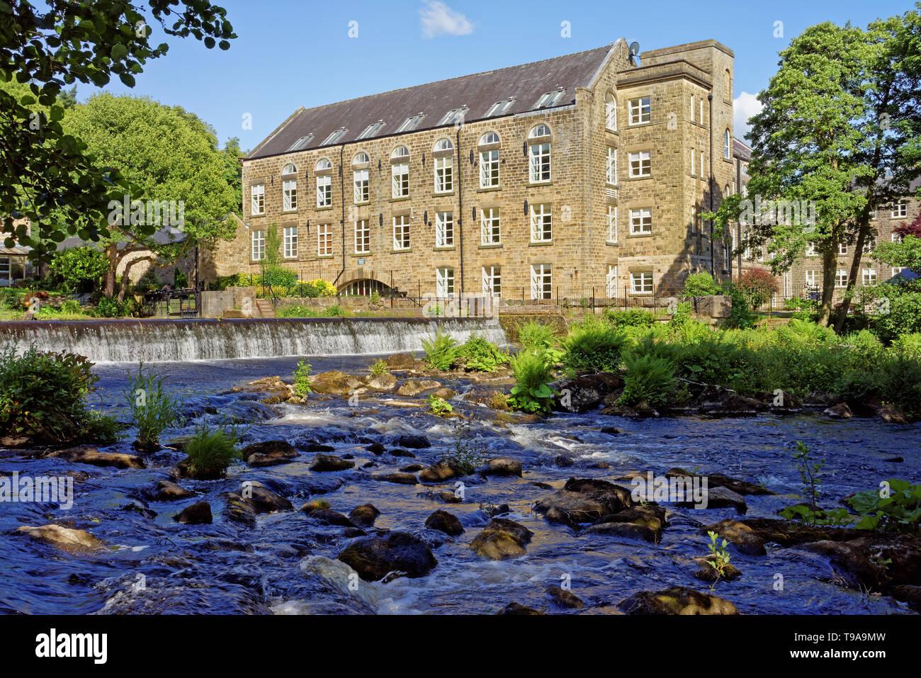 Reino Unido,,Derbyshire Peak District,Bamford Weir y el molino en el río Derwent Foto de stock