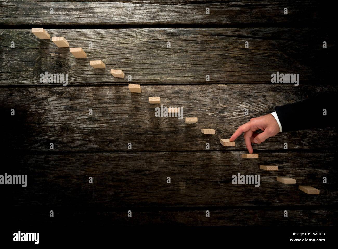 Empresario caminar sus dedos hasta una escalera de madera hacia la luz se asemeja a una escalera de madera rústica en una imagen conceptual de crecimiento personal Imagen De Stock
