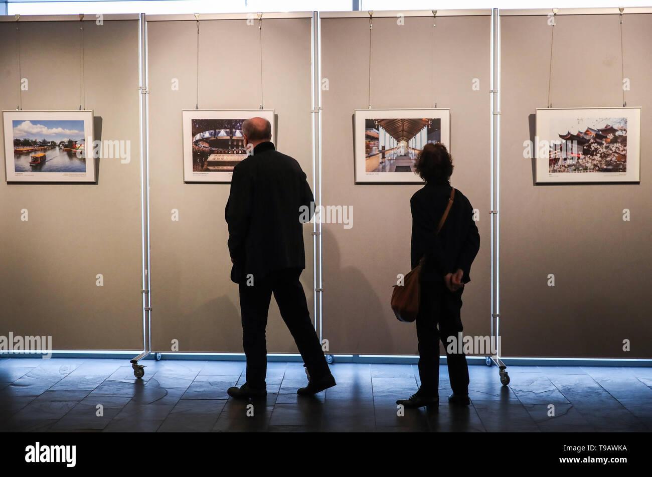 Berlín, Alemania. 17 de mayo de 2019. Los visitantes mira las imágenes mostradas durante semanas Nanjing Cultural y Turística en el Centro Cultural de China en Berlín, capital de Alemania, el 17 de mayo de 2019. Crédito: Shan Yuqi/Xinhua/Alamy Live News Foto de stock