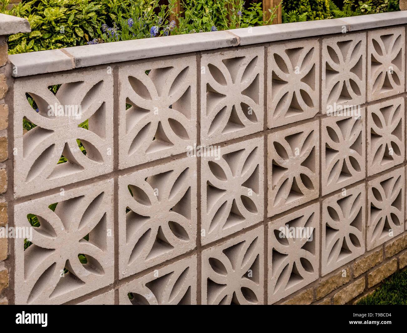 Bloque de hormigón de estilo retro garden Wall (Muro Pantalla bloque n° 399). Al estilo de los años 1970, 1960. Foto de stock
