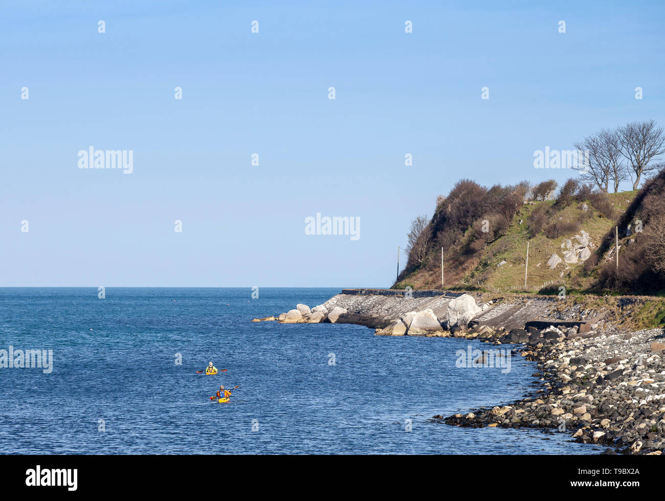 Piragüistas fuera de la costa de Antrim, Irlanda del Norte, REINO UNIDO Foto de stock