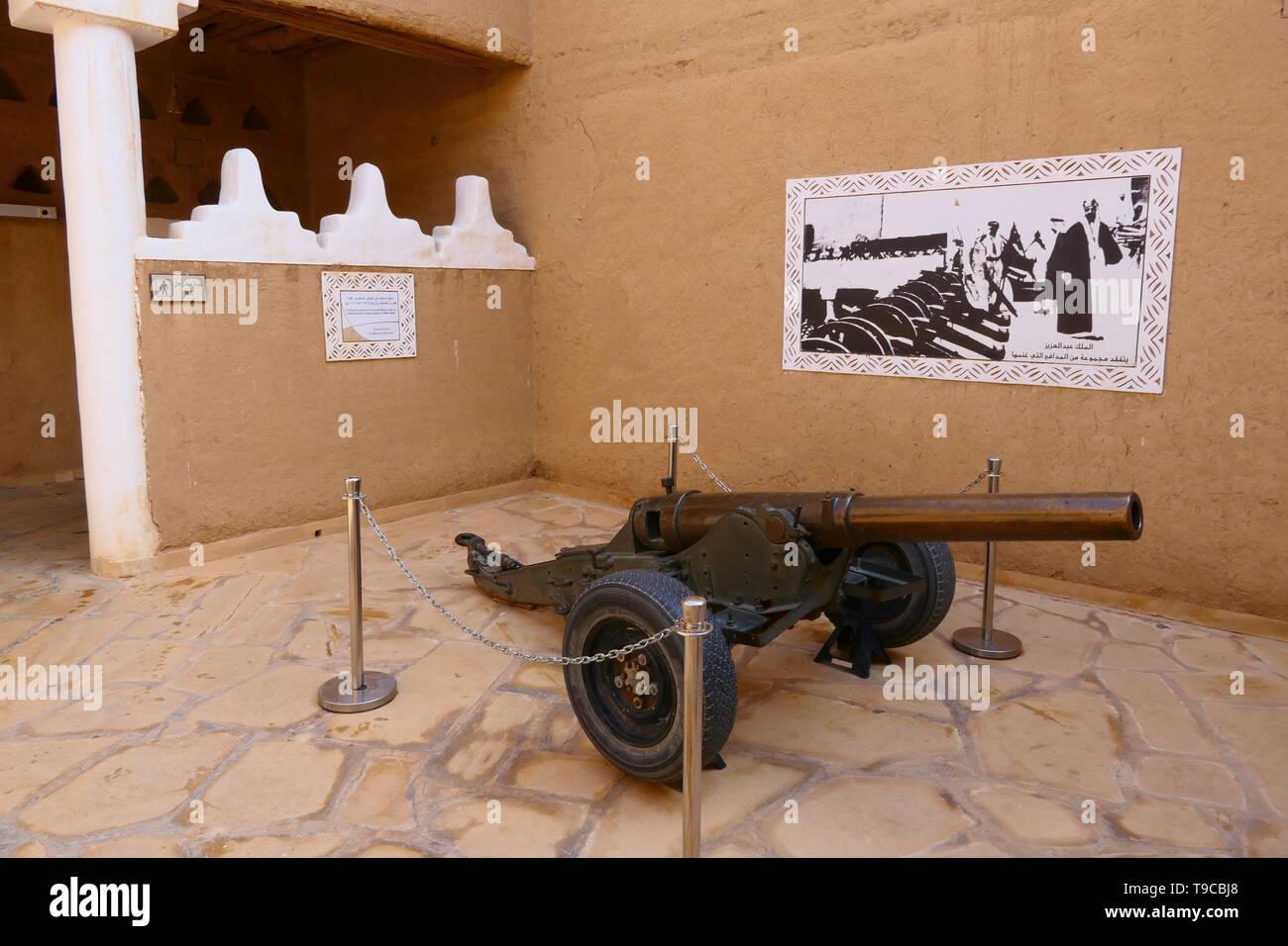 Riad, Arabia Saudita - Diciembre 16, 2018: armas históricas dentro de la fortaleza Al Masmak (Riad) Imagen De Stock