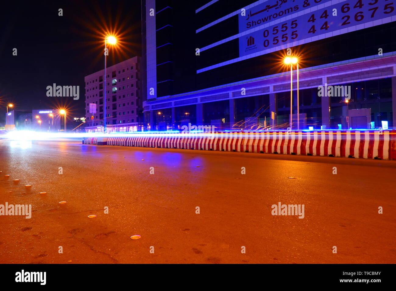 La famosa calle Olaya en la noche con muchos tráfico en Riad, Arabia Saudita Imagen De Stock