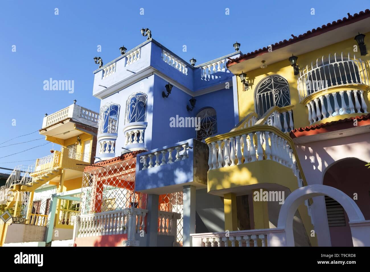 Colorido Residencial Casas Privadas Edificios Fachada de Condo Exterior en Trinidad, ciudad turística caribeña en Cuba Foto de stock