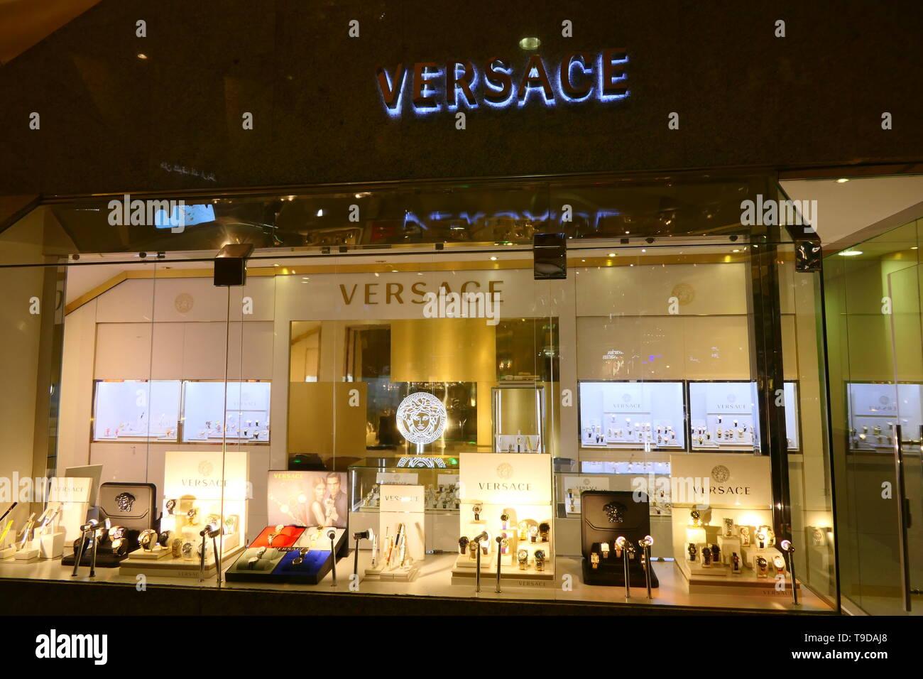 40f77964e3 Riad, Arabia Saudita - Diciembre 16, 2018: Versace tienda boutique de lujo  en