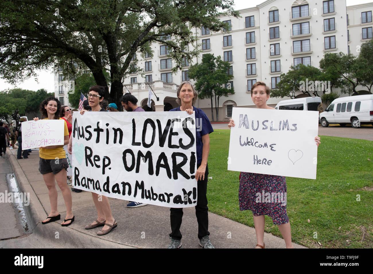 Los partidarios de la controvertida Congresista Ilhan Omar de Minnesota contra-demostrar contra manifestantes musulmanes como ella habló en Austin's anual cena Iftar celebrada en toda la ciudad en honor del 14º día del Ramadán. Omar es uno de los dos musulmanes sirviendo en el Congreso de los Estados Unidos. Foto de stock