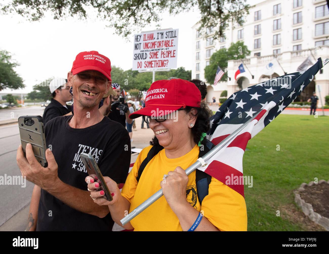 Protesta de manifestantes fuera del hotel de Austin, Texas, donde el controvertido congresista musulmán Ilhan Omar habló en una cena Iftar celebrada en toda la ciudad, y el uso de los teléfonos móviles para grabar las actuaciones. Omar ha sido acusado de hacer comentarios antisemitas. Foto de stock