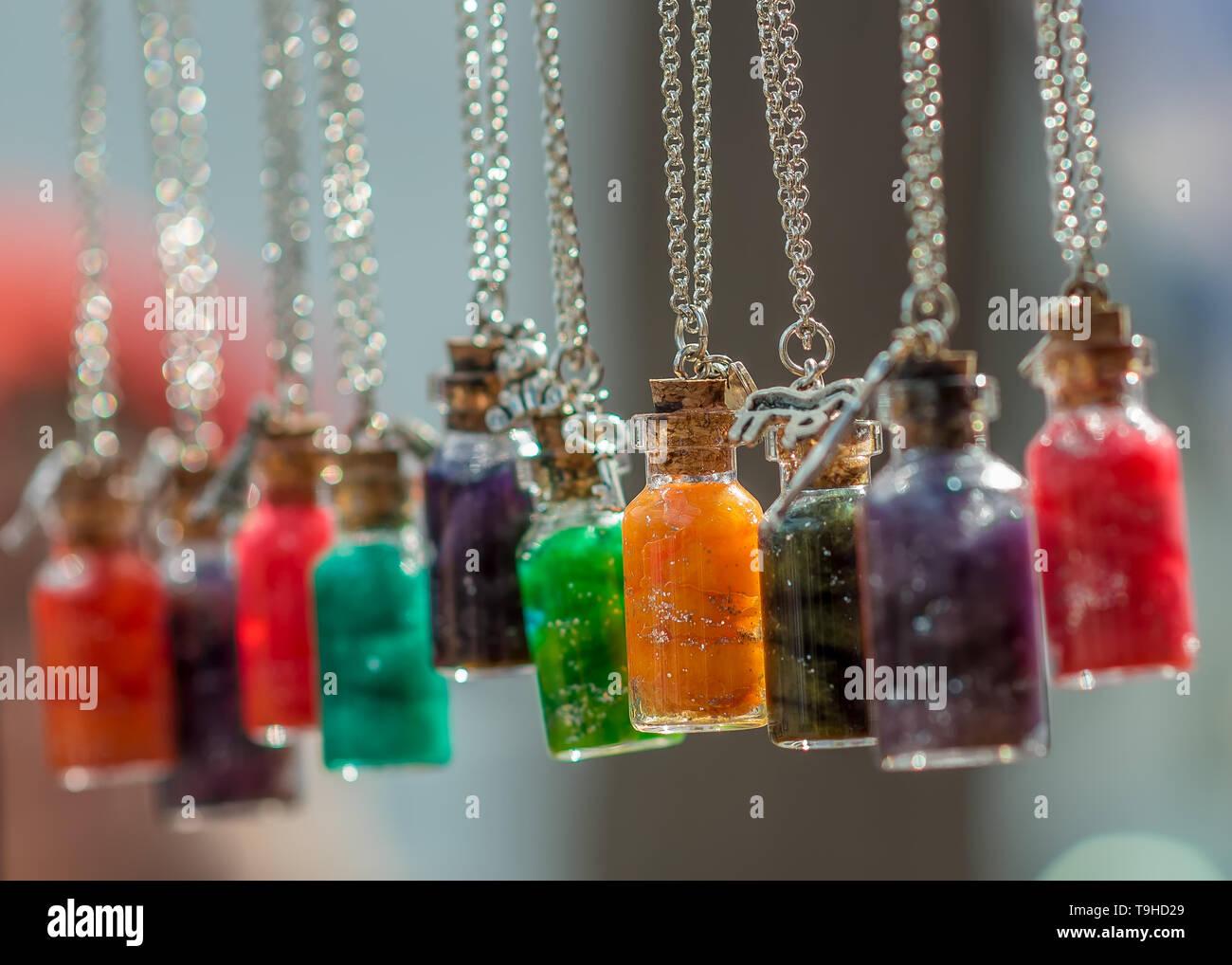 Botellas colgantes decorativos Imagen De Stock