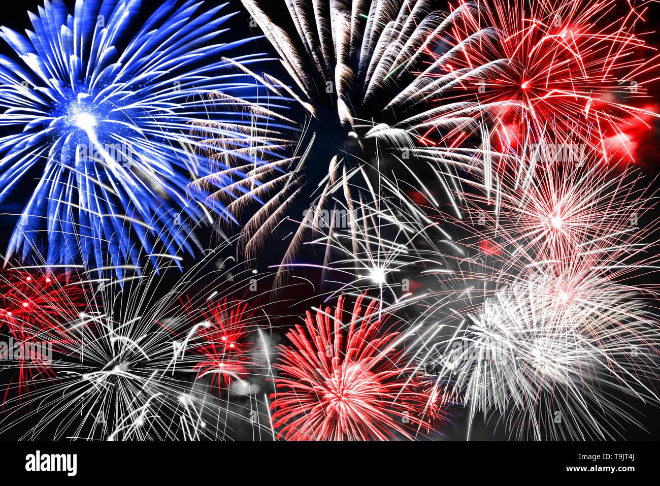 Azul blanco y rojo fondo de Fireworks Foto de stock