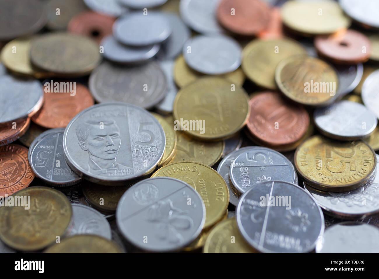 Un montón de nuevos y viejos peso filipino monedas Foto de stock
