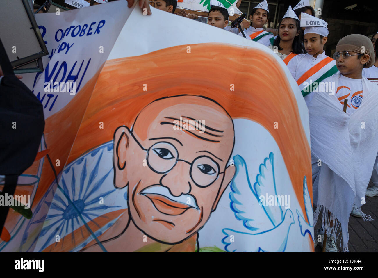 Una actuación de la Embajada de la India en la Avenida Sajarov de Moscú está dedicado al 150 aniversario del nacimiento del político indio Mahatma Gandh Imagen De Stock