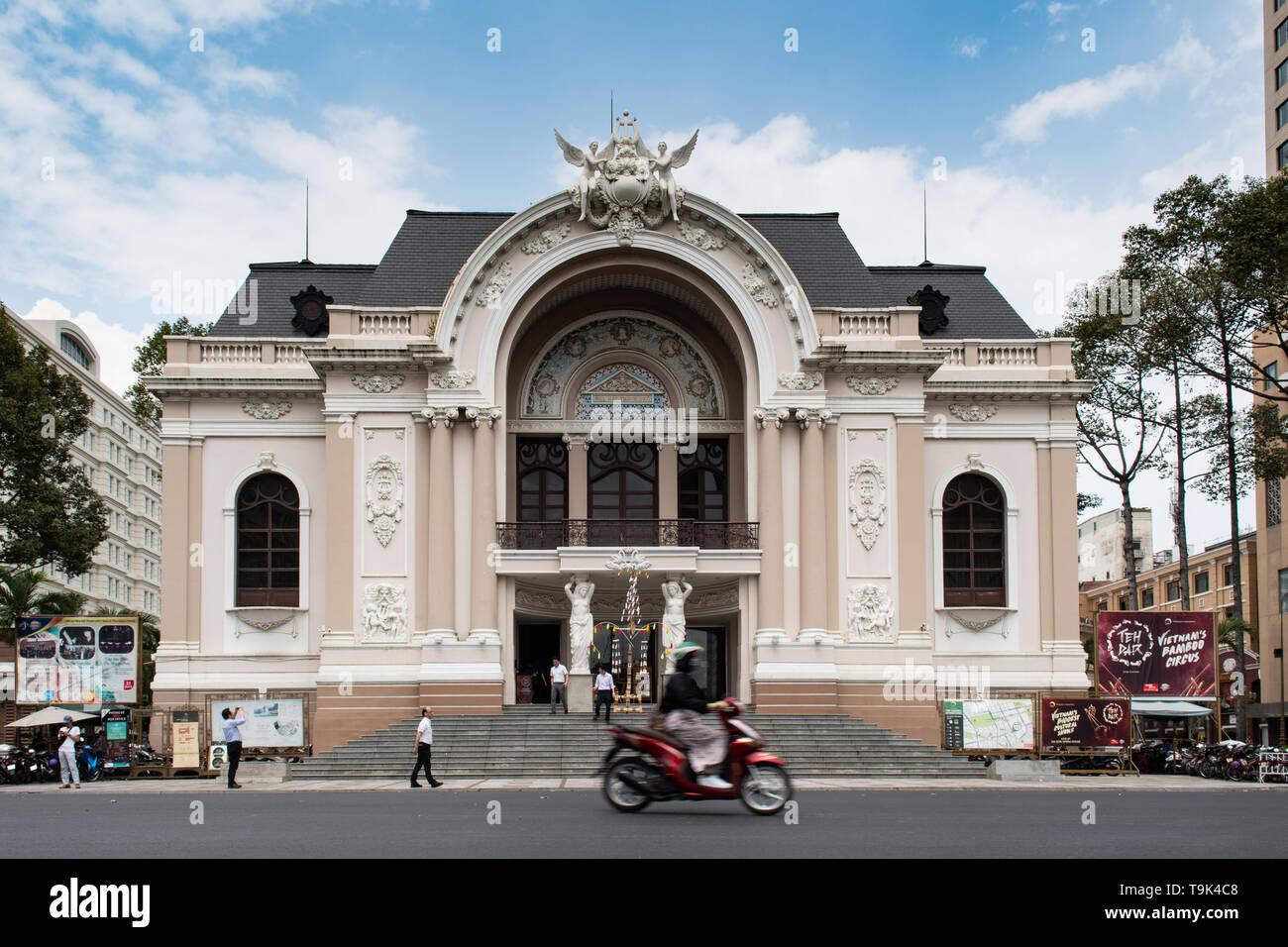 Ho Chi Minh, Vietnam - marzo 20th, 2019 - Saigon Opera House (Ho Chi Minh Municipal Theater) construido en 1897 por el arquitecto francés Eugène hurón. Imagen De Stock
