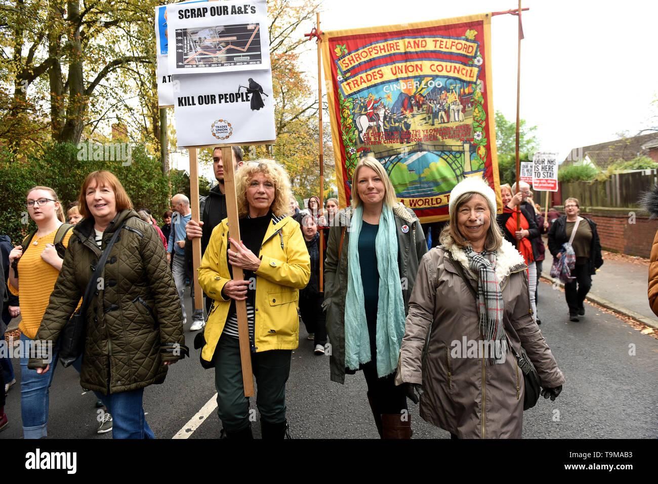 Las personas que protestaban contra el cierre previsto de la Princess Royal Hospital, departamento de accidentes y emergencias en Telford Imagen De Stock