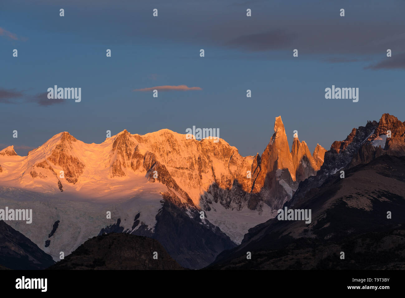 Luz del amanecer dorado en el Macizo de Adela y el Cerro Torre. Parque Nacional Los Glaciares, cerca de El Chaltén, Argentina. Patrimonio Mundial de la UNESCO Foto de stock