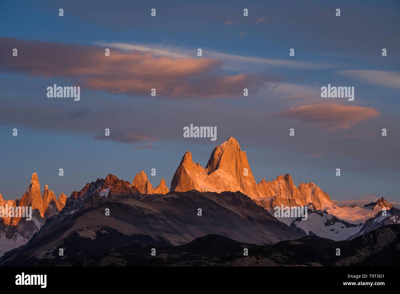 La primera luz del amanecer sobre el macizo Fitz Roy incluyendo el Monte Fitz Roy y el Cerro Torre. Parque Nacional Los Glaciares, cerca de El Chaltén, Argentina. A U Foto de stock