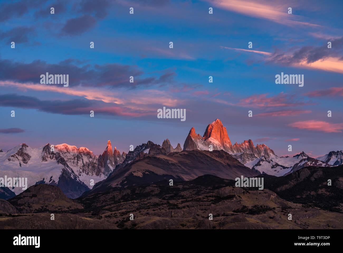 La primera luz del amanecer sobre el macizo Fitz Roy con luz en el Monte Fitz Roy y el Cerro Torre. Parque Nacional Los Glaciares, cerca de El Chaltén, Argentina. Foto de stock