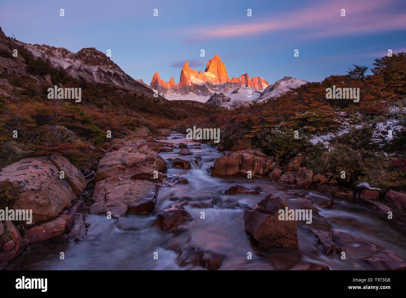 El macizo Fitz Roy con la primera luz del amanecer. Parque Nacional Los Glaciares, cerca de El Chaltén, Argentina. Un sitio de Patrimonio Mundial de la UNESCO en la Patag Foto de stock