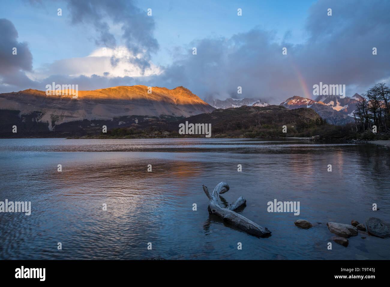 Amanecer ilumina la Loma de las pizarras por Lago Capri en el Parque Nacional Los Glaciares, cerca de El Chaltén, Argentina. Un sitio de Patrimonio Mundial de la UNESCO en t Foto de stock