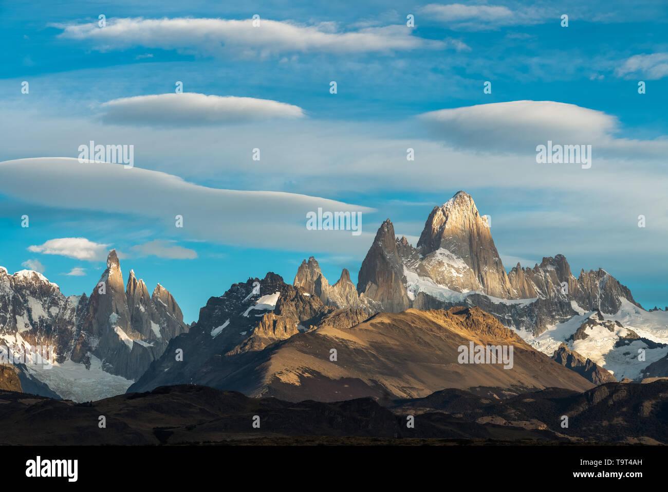 Moteado, la luz y la sombra en el Monte Fitz Roy y el Cerro Torre en el Parque Nacional Los Glaciares, cerca de El Chaltén, Argentina. Un sitio de Patrimonio Mundial de la UNESCO en Foto de stock