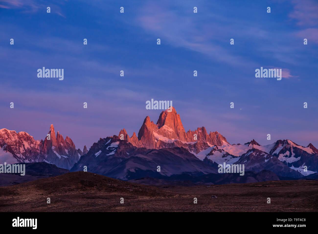 El macizo Fitz Roy en pastel pre-amanecer crepúsculo matutino. Parque Nacional Los Glaciares, cerca de El Chaltén, Argentina. Un sitio de Patrimonio Mundial de la UNESCO en th Foto de stock