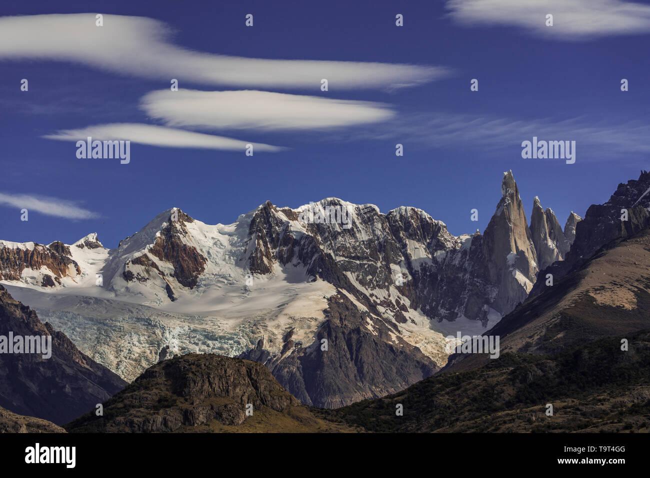 Nubes lenticulares formando sobre el macizo de Adela y el Cerro Torre en el Parque Nacional Los Glaciares, cerca de El Chaltén, Argentina. Patrimonio Mundial de la UNESCO Si Foto de stock