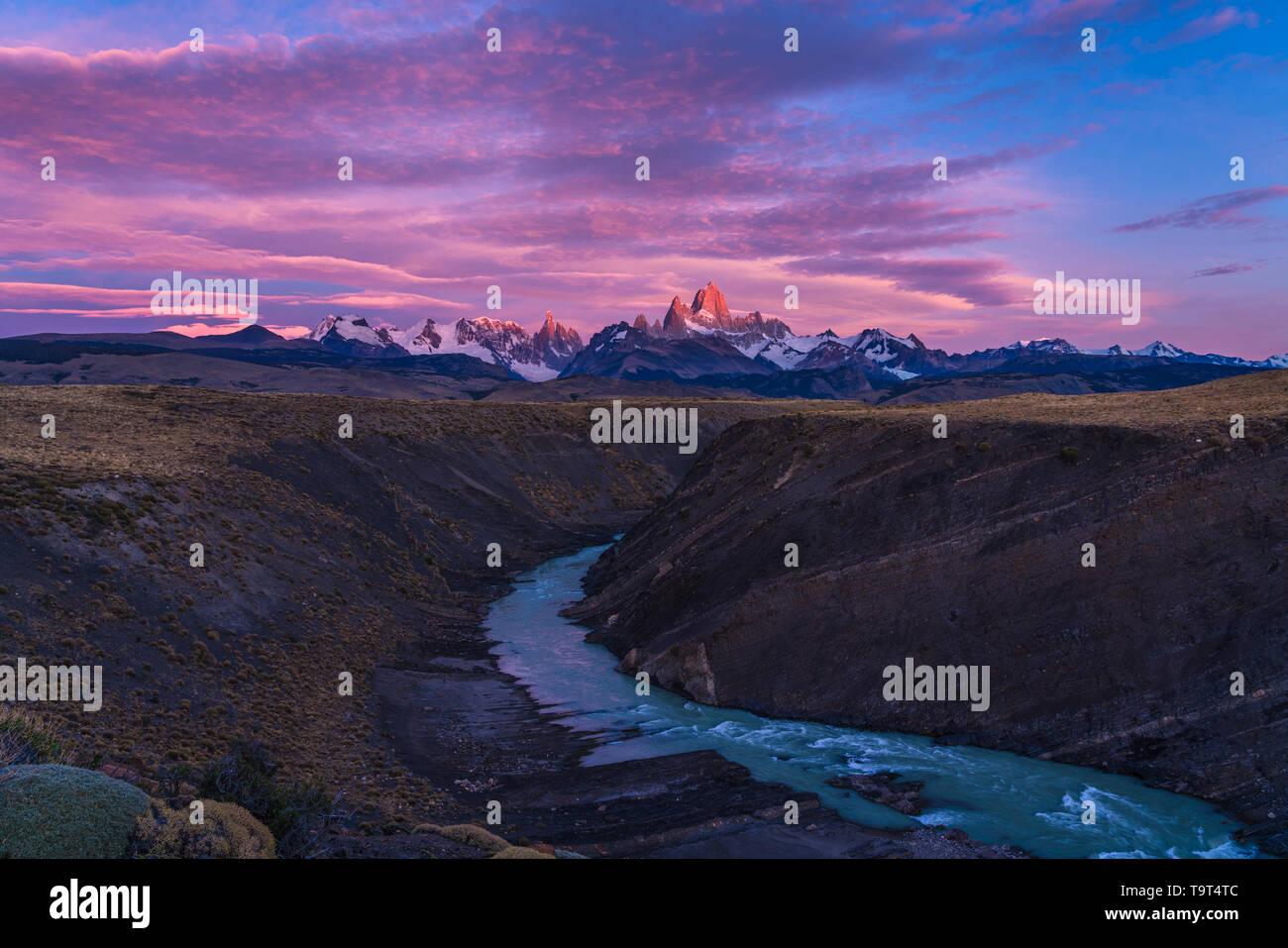 Las nubes de colores en el cielo del amanecer sobre el Monte Fitz Roy y el Rio del las vueltas. Parque Nacional Los Glaciares, cerca de El Chaltén, Argentina. Ot DE LA UNESCO Foto de stock