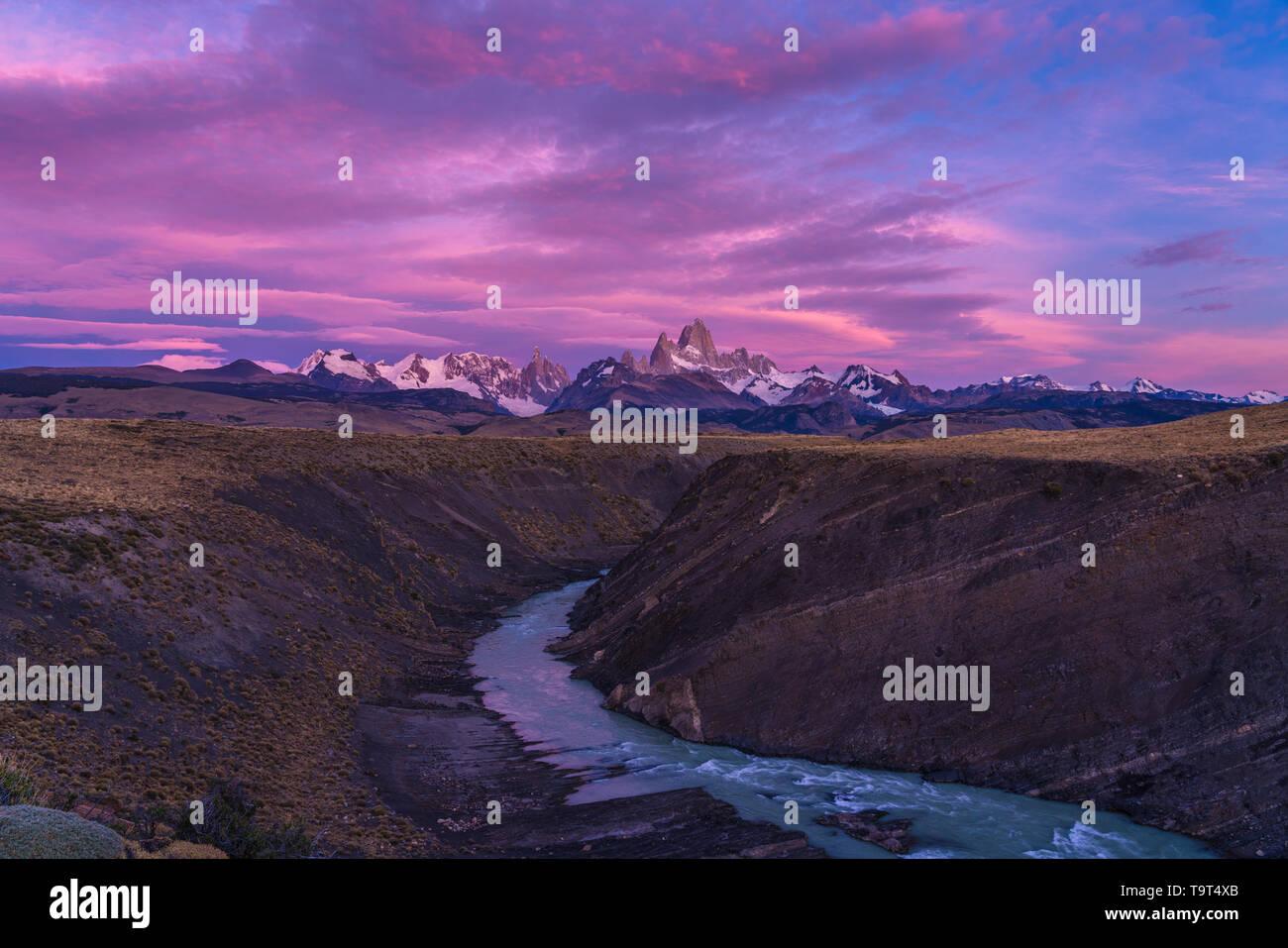 Las nubes de colores en el cielo del amanecer el Monte Fitz Roy y el Rio del las vueltas. Parque Nacional Los Glaciares, cerca de El Chaltén, Argentina. La UNESCO Foto de stock