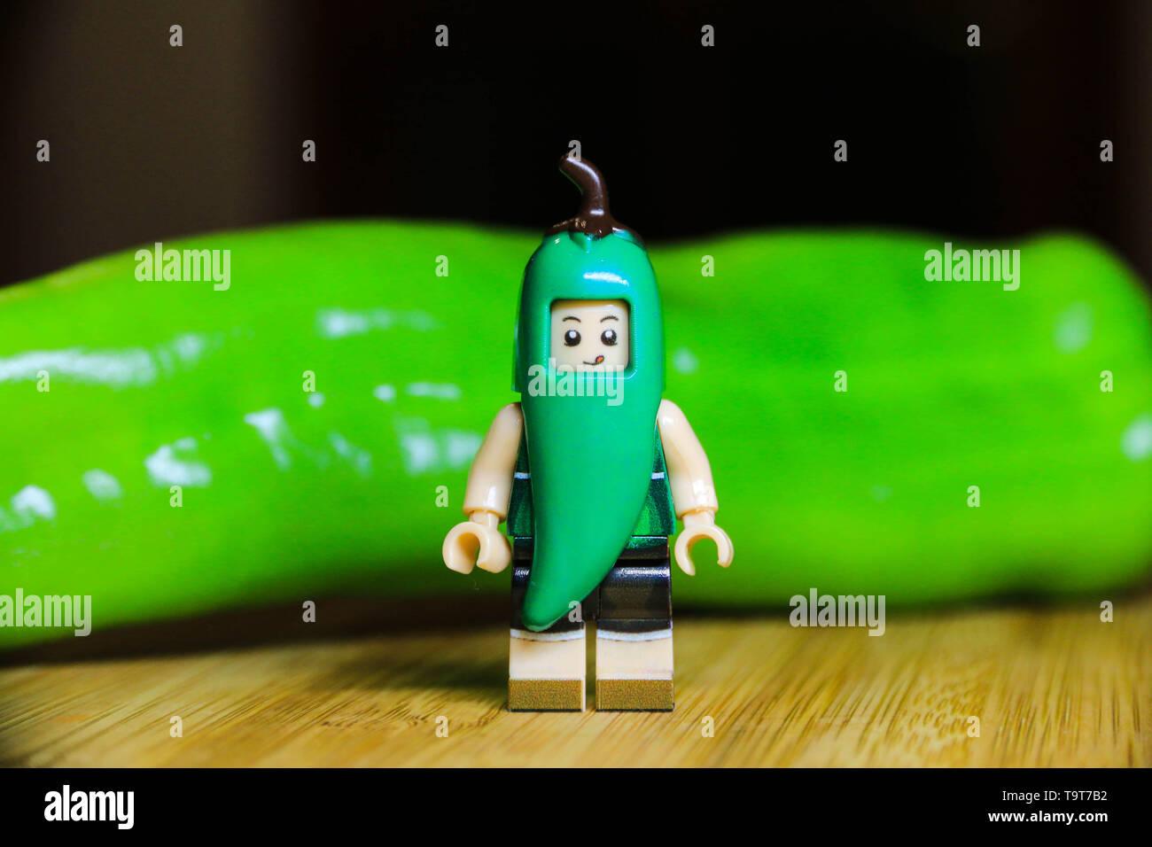 Dulce húngaro pimiento verde fuerte con un juguete minifigure. Muy sanos y sabrosos vegetales. Foto de stock