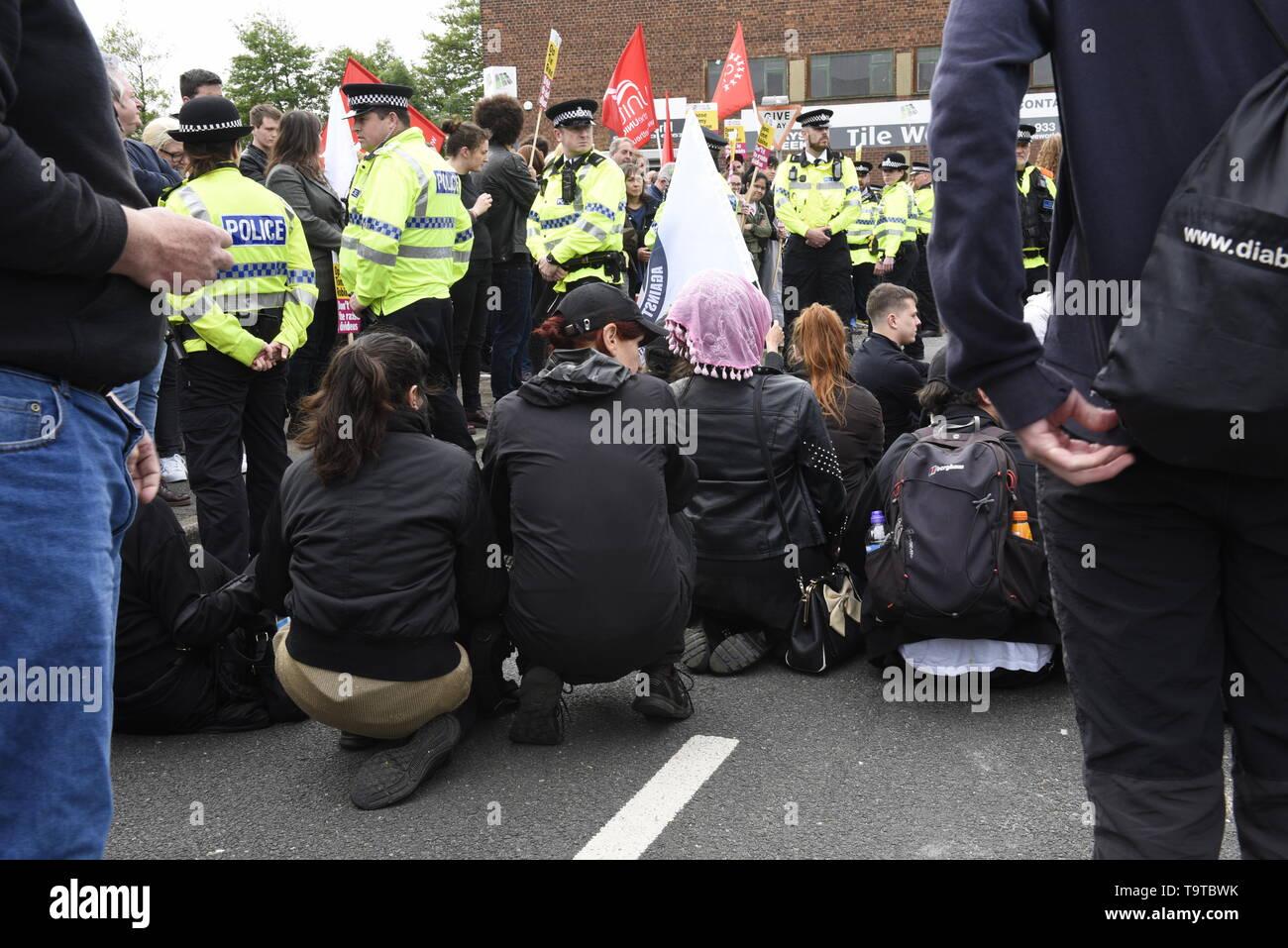 Comenzar un antifascista sentarse en protesta el mitin político. La policía mantuvo partidarios y contramanifestantes aparte pero chocaron con contramanifestantes por delante de Tommy Robinson's llegada. David J Colbran crédito Imagen De Stock