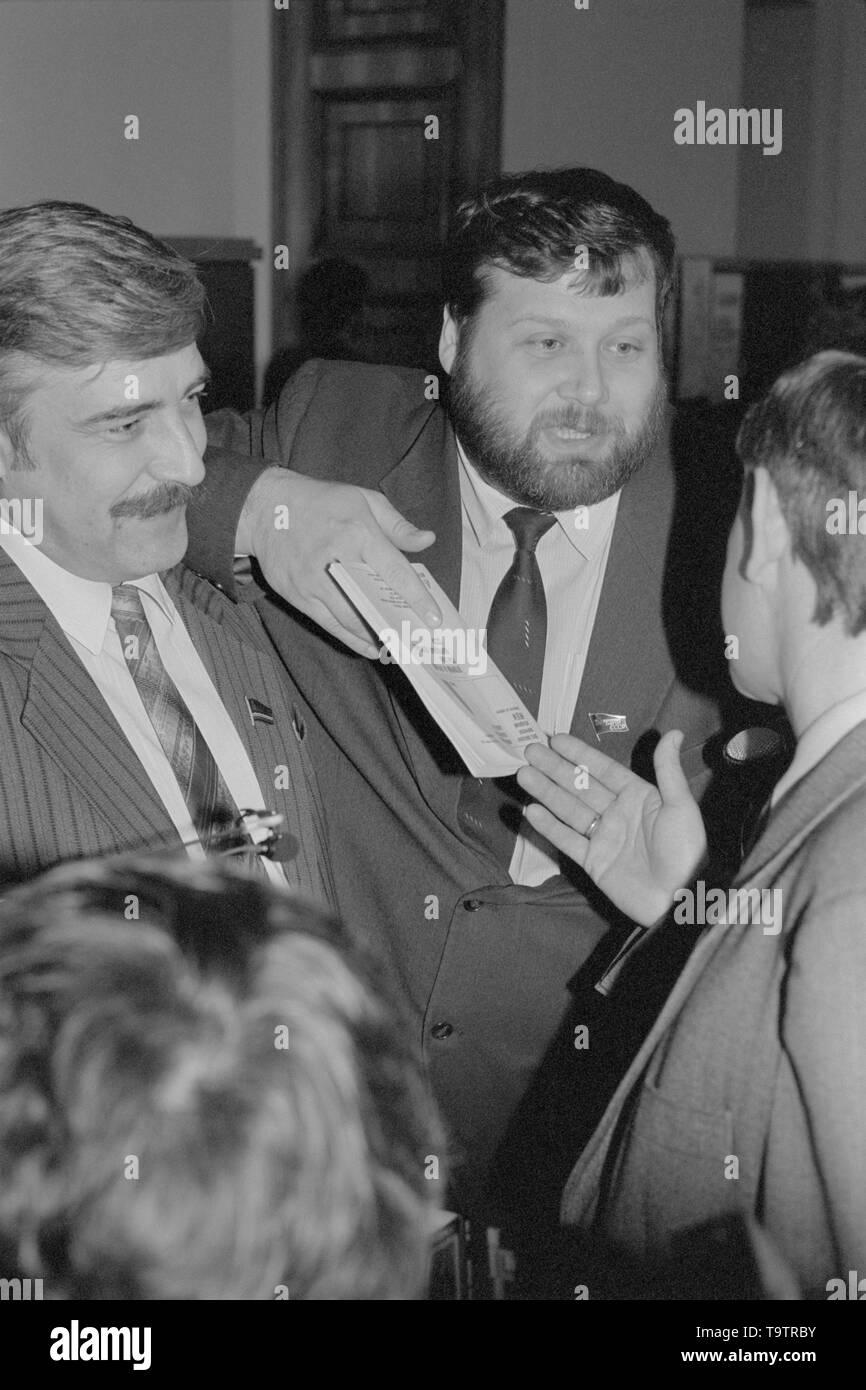 Moscú, Rusia - Marzo 28, 1991: los diputados del pueblo en el Kremlin. Diputado popular de la izquierda no es identificado. Diputado popular en el centro es Evgeniy Vladimirovich Kogan. Representó a Estonia. Imagen De Stock