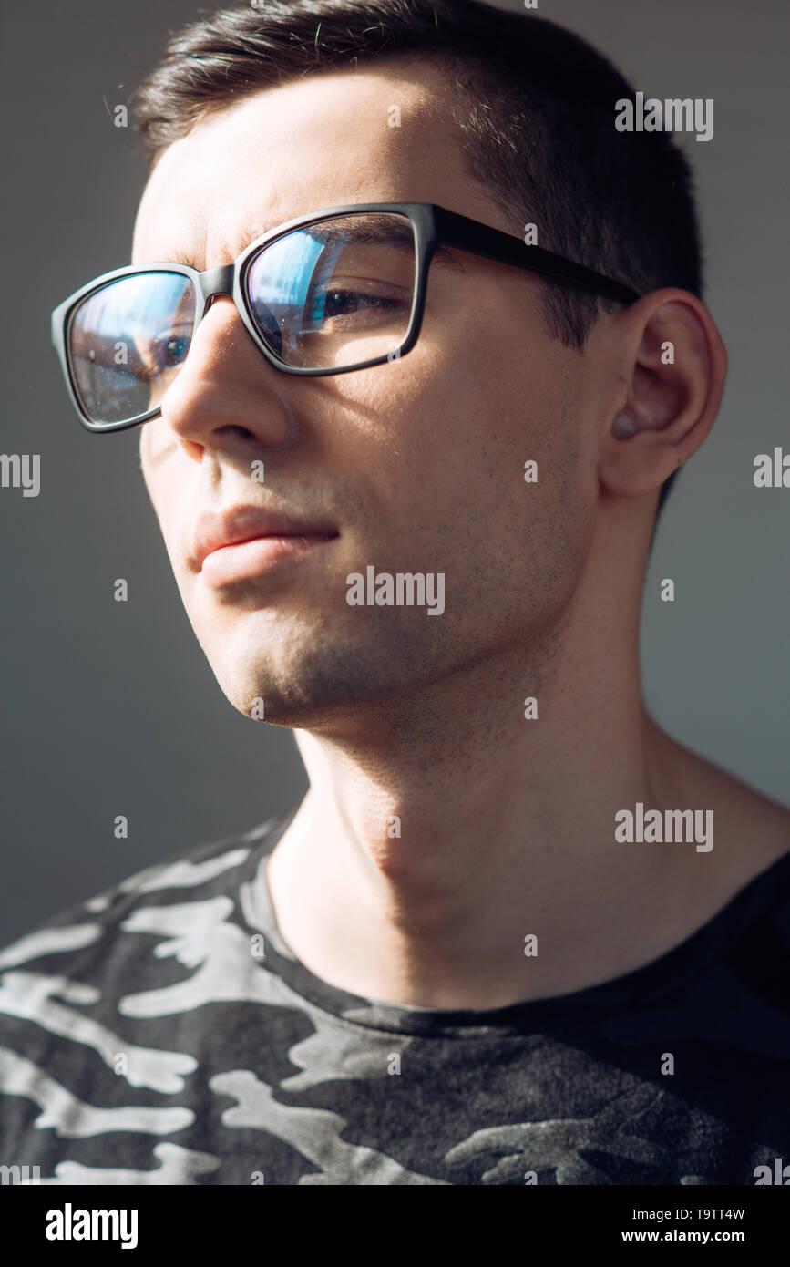847ef65232 Mala visión. mala visión del hombre en gafas de corrección. Imagen De Stock