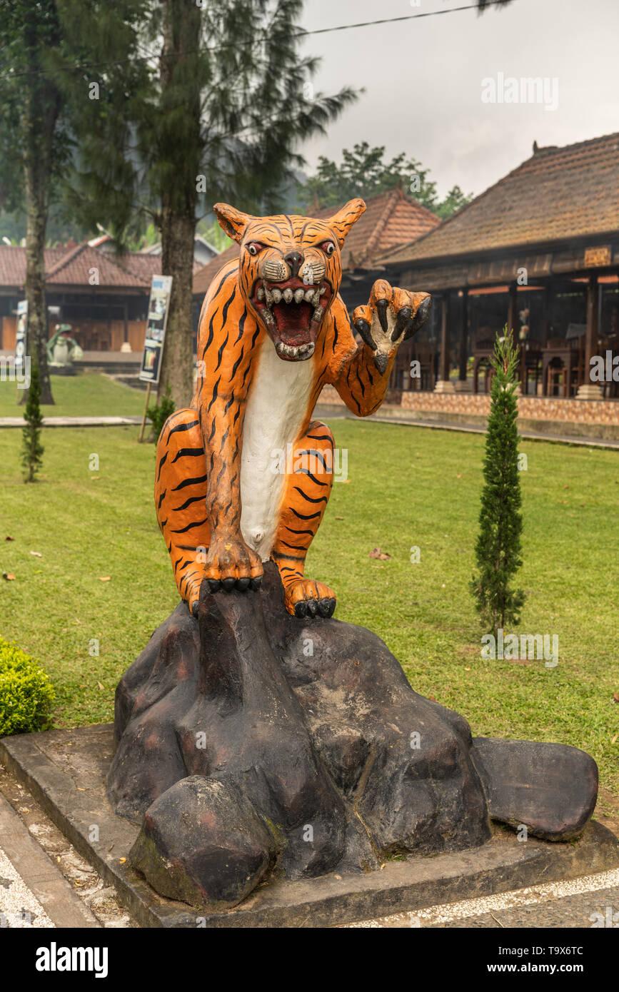 Bali, Indonesia - El 25 de febrero de 2019: templo de Ulun Danu Beratan en Bedoegoel complejos. Efigie de tigre en park. Imagen De Stock