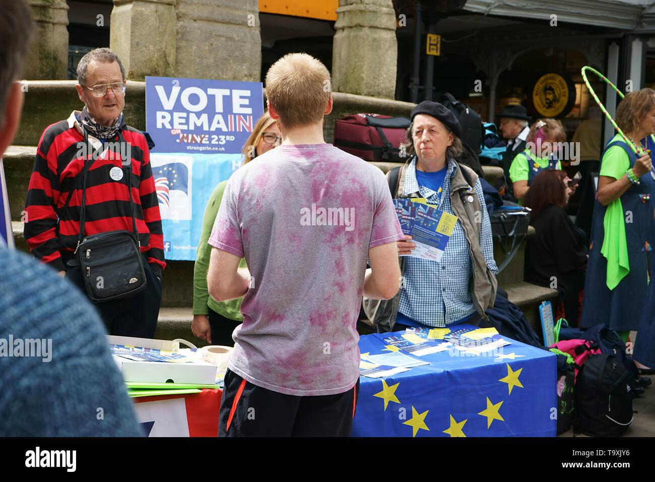 Winchester, Reino Unido. Votar el día de las elecciones al parlamento de la UE el 23 de mayo de 2019 - Los voluntarios distribuyen panfletos en el centro de la ciudad de Winchester durante el MAYFEST - 18 de mayo de 2019 Foto de stock