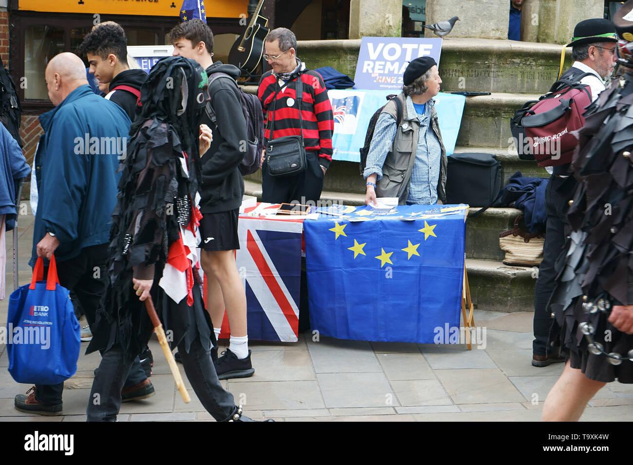 Winchester, Reino Unido. Votar el día de las elecciones al parlamento de la UE el 23 de mayo de 2019 - Los voluntarios distribuyen panfletos en el centro de la ciudad de Winchester durante el MAYFEST - 18 de mayo de 2019 Imagen De Stock
