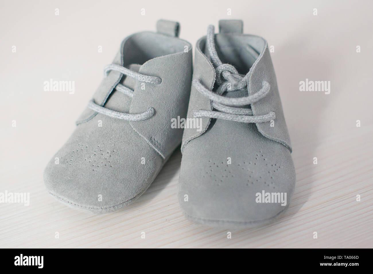 Par aislado de cuero gamuza azul Baby Shoes, niño lindo lace-up calzado suela blanda del niño, prendas de vestir y accesorios de moda Imagen De Stock