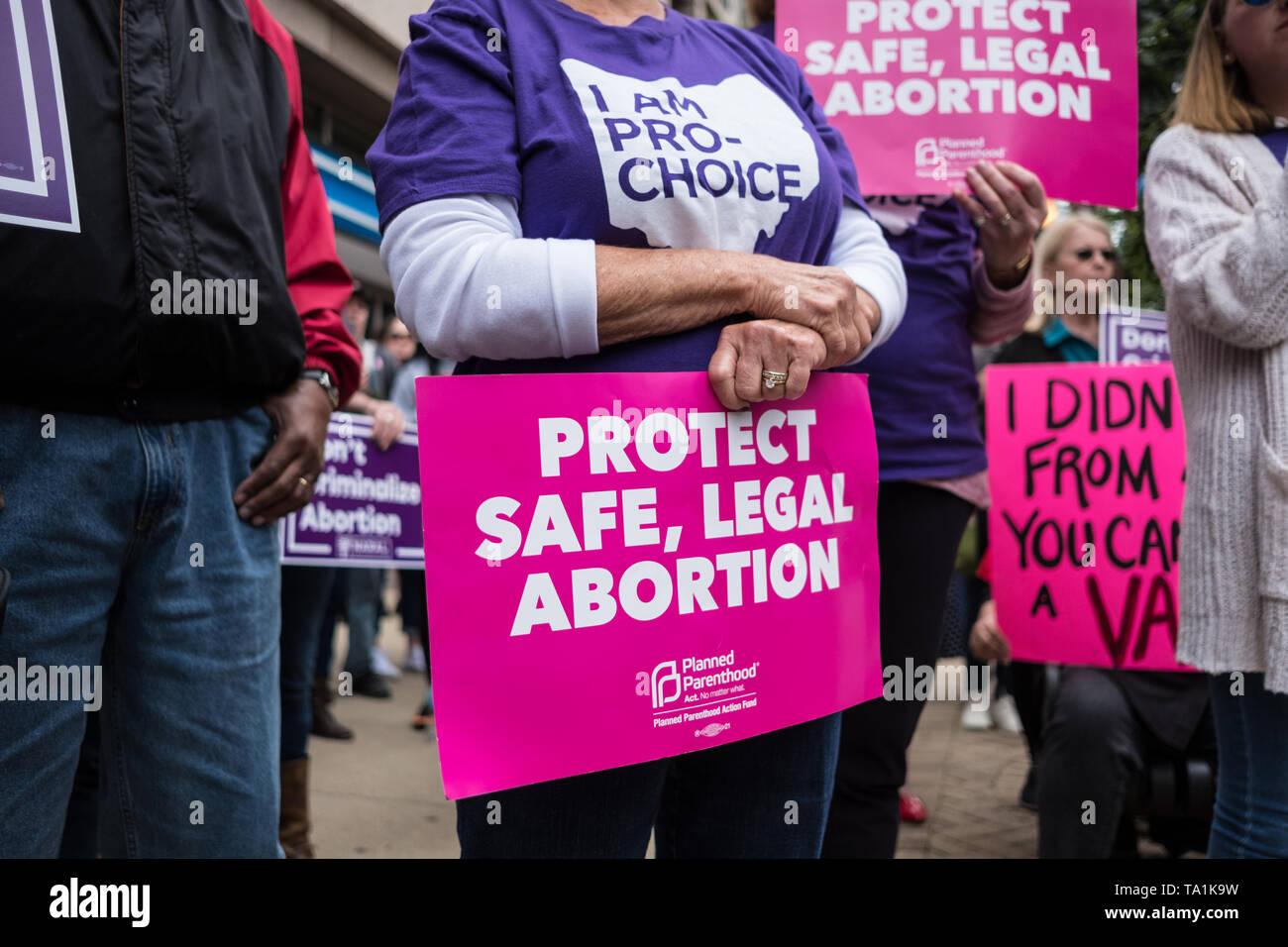 Un activista visto sosteniendo un cartel que dice proteger la caja fuerte, el aborto legal durante la protesta. Aborto por activistas de los derechos humanos tomó parte en detener las prohibiciones nacionales de rally después de múltiples estados pasar facturas el latido del corazón del feto. Foto de stock