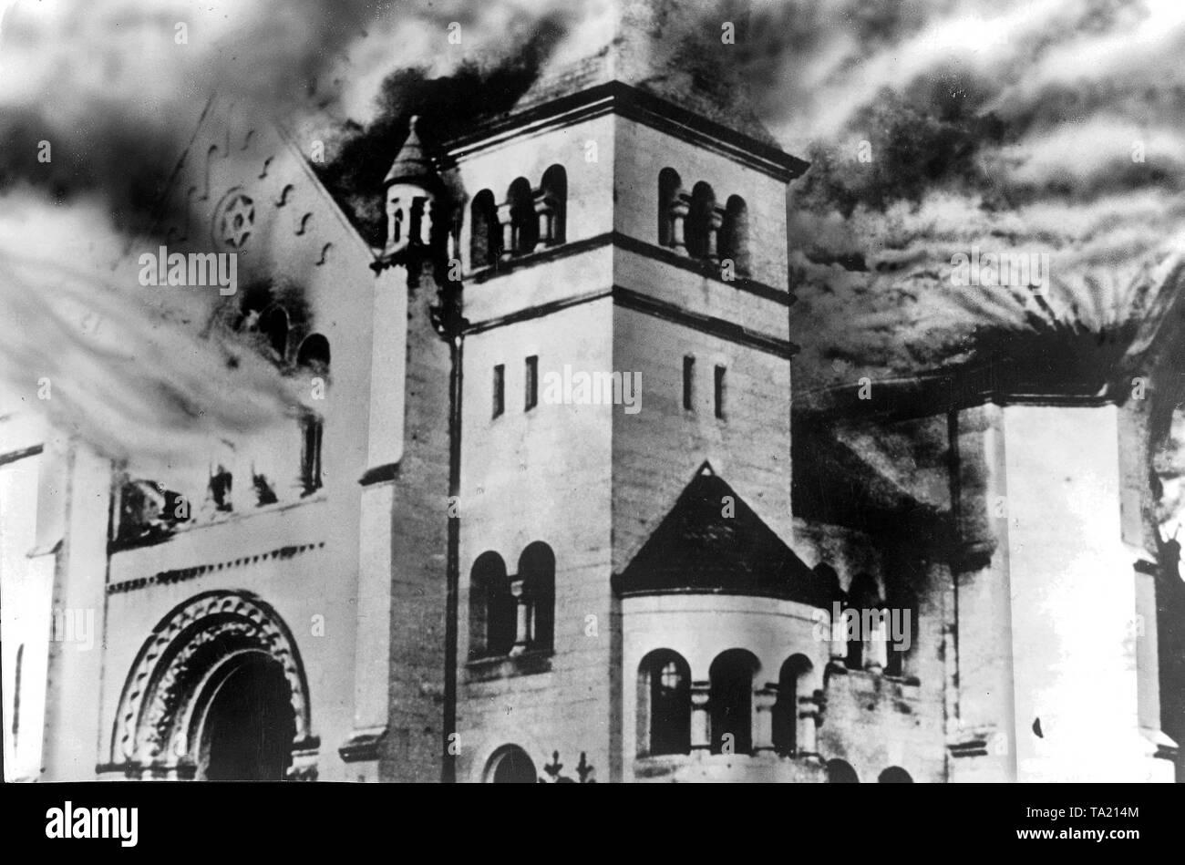 Quema de una sinagoga, durante la Kristallnacht, Baden-Baden, 9 de noviembre de 1938 (fotografía en B/N) Imagen De Stock
