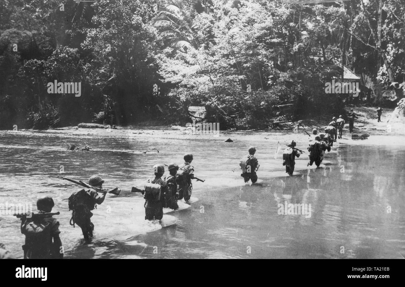 Desembarco de marines norteamericanos en una isla del Pacífico ocupada por Japón, 1945 (fotografía en B/N) Imagen De Stock