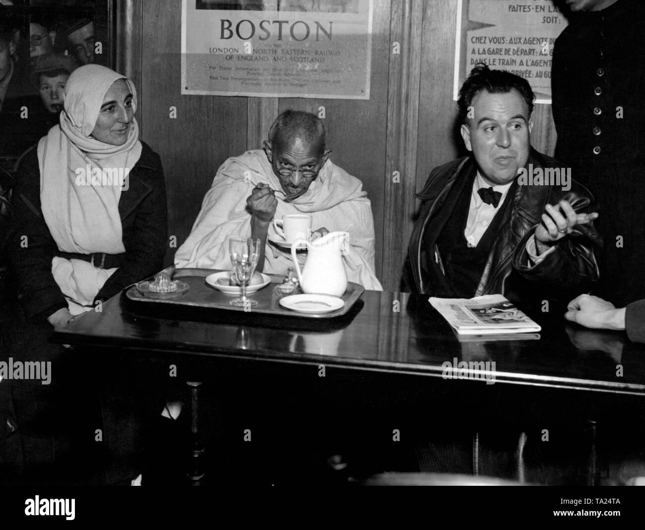 Pulse la recepción a la llegada del líder del nacionalista indio Mahatma Gandhi en la estación de tren de Vallorbe en el cantón de Vaud en Suiza. A su izquierda se sienta su secretaria Madeleine Slade, llamado Mirabeth, y a su derecha el periodista suizo y traductor de los escritos de Gandhi Edmond Privat. Foto de stock