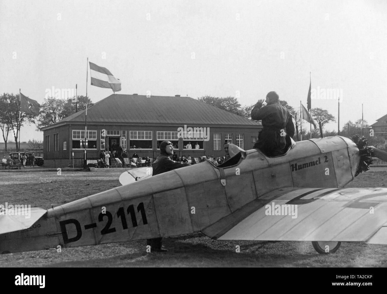 Imágenes numeradas. - Página 6 Un-klemm-l25-con-el-numero-de-la-cola-d-2111-y-el-nombre-hummel-ii-en-el-aerodromo-berlin-staaken-ta2ckp