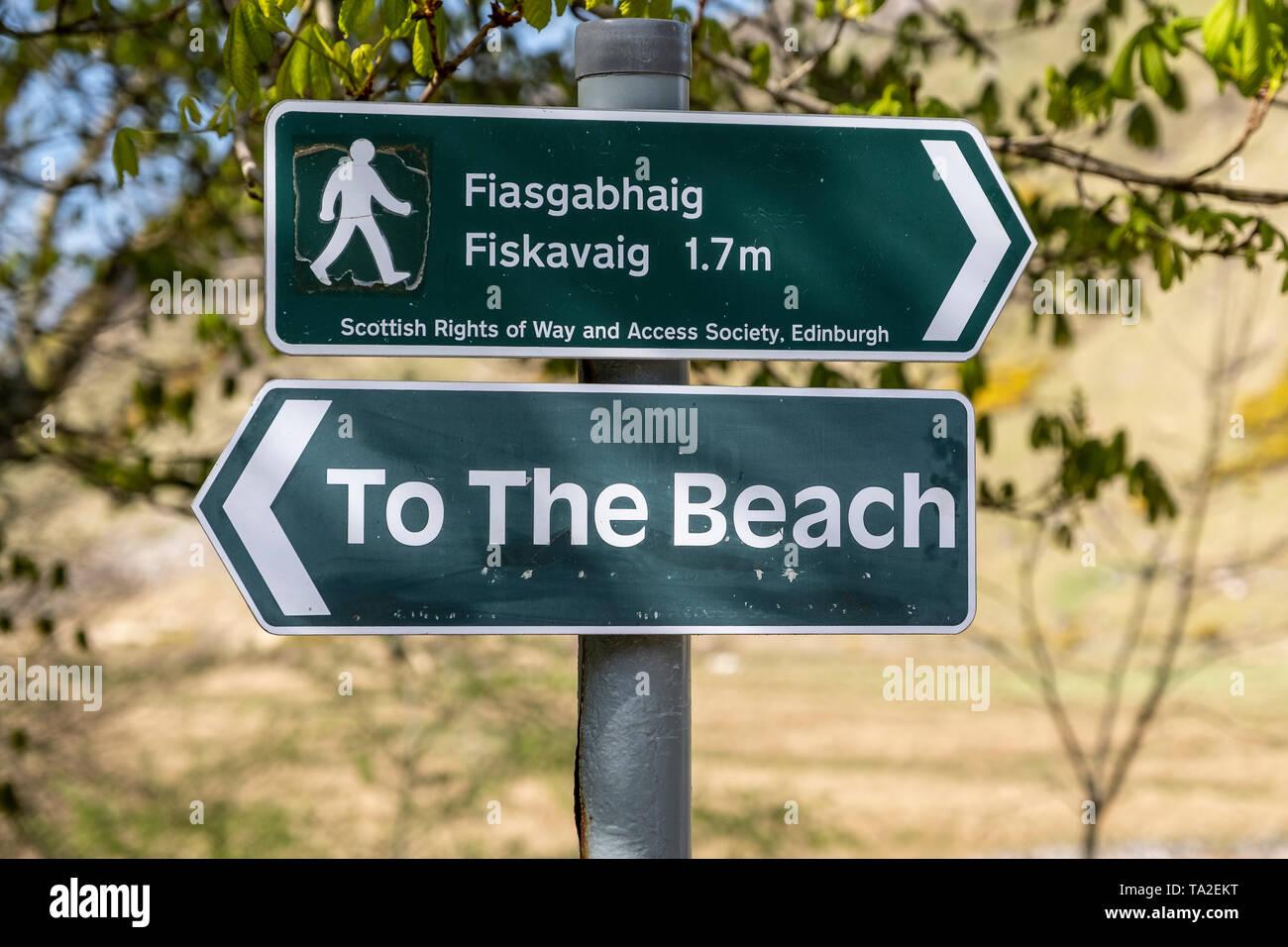 Señal direccional para Talisker Playa y Fiasgabhaig Fiskavaig. Skye, Escocia, Reino Unido Foto de stock