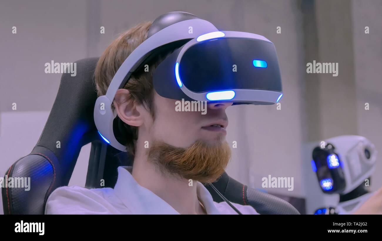 Joven con casco de realidad virtual Foto de stock